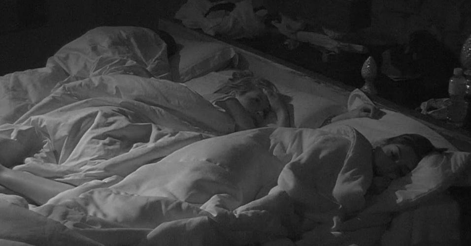 12.fev.2015 - Antes de dormir, Tamires fala para Amanda que pensa em indicar Aline ao paredão se ganhar liderança
