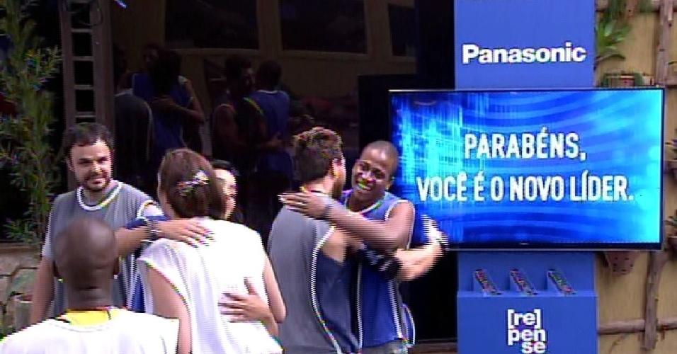 12.fev.2015 - Ao lado de televisão que ganhou na prova, Luan é parabenizado por Cézar por ser novo líder