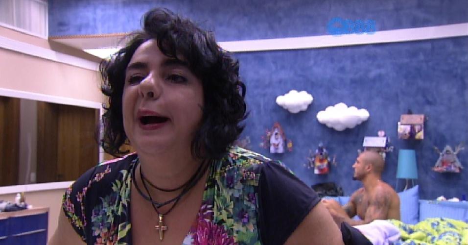 12.fev.2015 - Após sair da festa, a professorar Mariza reclama para Fernando e Aline que está com uma 'pereba' no rosto que não sabe o que é