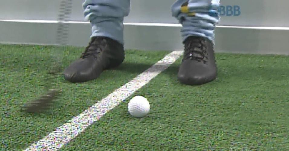 12.fev.2015 - Em vídeo, ninjas explicam que prova do líder é um circuito com golfe, trave e basquete