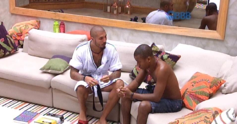 12.fev.2015 - Fernando chama Luan para conversar e os dois se entendem de briga após paredão