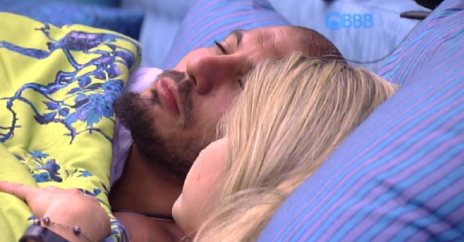 12.fev.2015 - Fernando e Aline preferem ficar juntos no quarto azul e trocam juras de amor