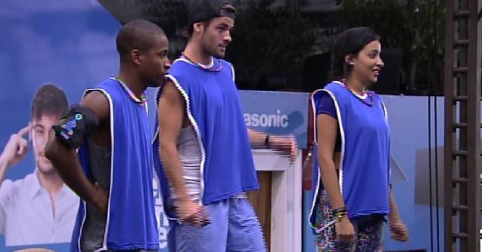 12.fev.2015 - Grupo azul, formado por Luan, Rafael e Talita, vence primeira etapa da prova do líder