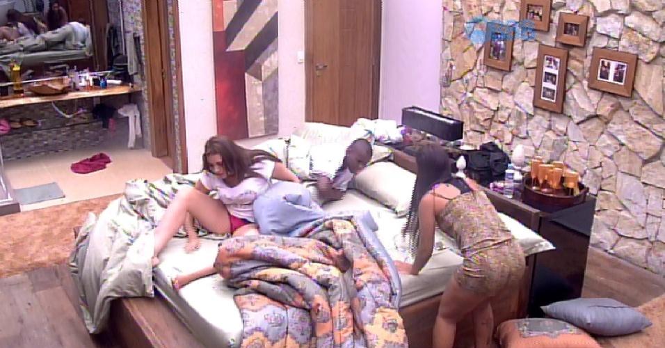 """12.fev.2015 - Líder Amanda leva susto no quarto e fala para Tamires e Angélica: """"Acho que é côco de rato"""""""