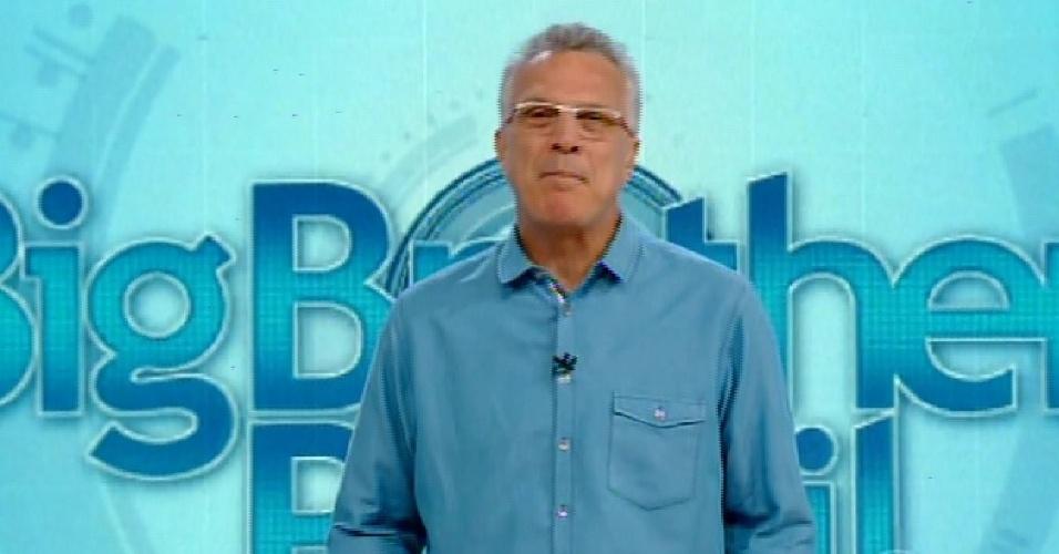 12.fev.2015 - No início de programa com prova do líder, Pedro Bial anuncia que próximo paredão será triplo