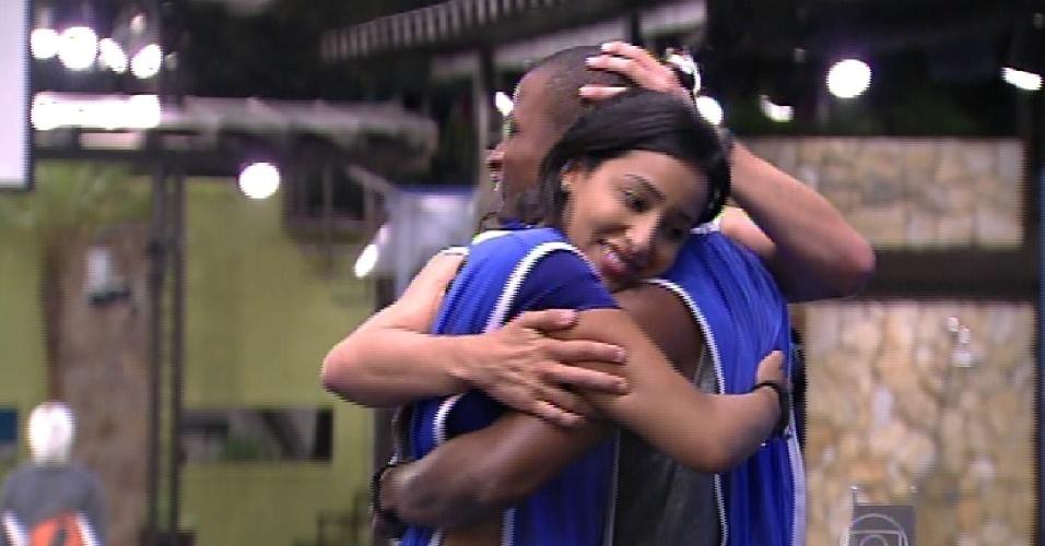 12.fev.2015 - Talita abraça Luan depois de vitória do brother na prova do líder