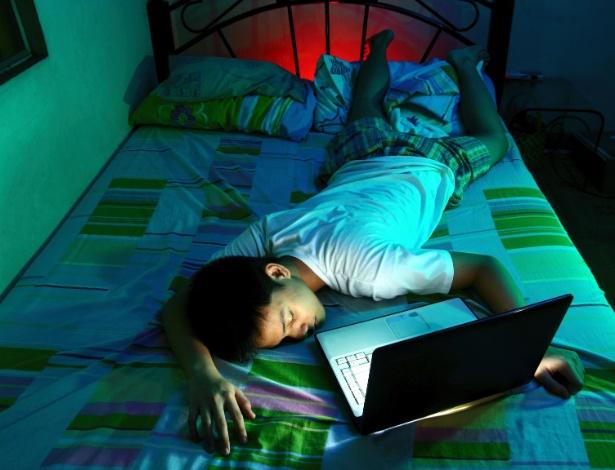 Segundo pesquisa, a tecnologia, principalmente o celular, prejudica o sono do jovem - Getty Images