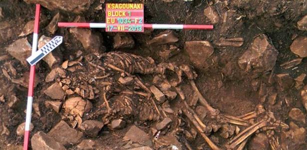 12.fev.2015 - Esqueletos gregos são encontrados abraçados no Peloponeso - AFP PHOTO