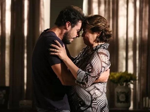 Enrico (Joaquim Lopes) e Beatriz (Suzy Rêgo) se unem para salvar a vida de Cláudio (José Mayer)