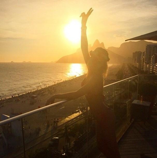 Fiorella Mattheis no pôr-do-sol