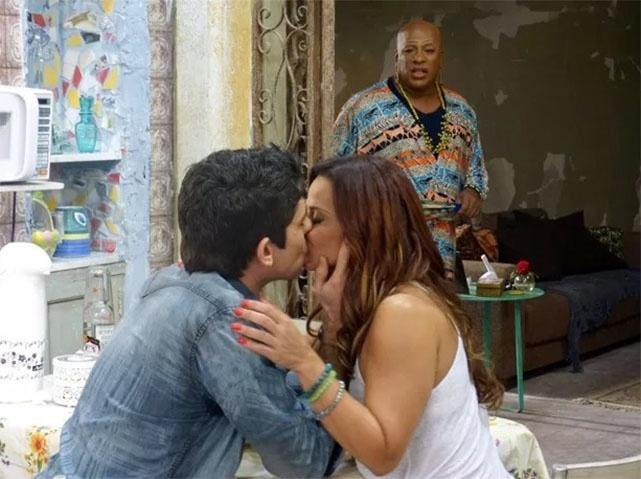 Xana (Ailton Graça) vê Naná (Viviane Araújo) e Antônio (Lucci Ferreira) se beijando