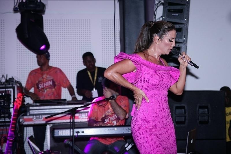 12.fev.2015 - A cantora usou um vestido rosa coladinho que mostrou sua ótima forma