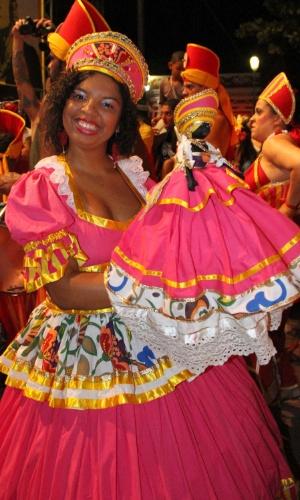 12.fev.2015 - Com vestido colorido, foliona exibe boneca durante os Festejos de Momo, que abriu a folia de Carnaval na cidade histórica de Olinda.