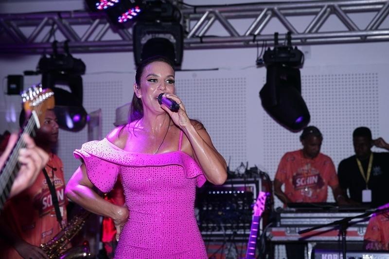 12.fev.2015 - Ivete Sangalo animou a festa no camarote Schin, na madrugada desta sexta-feira