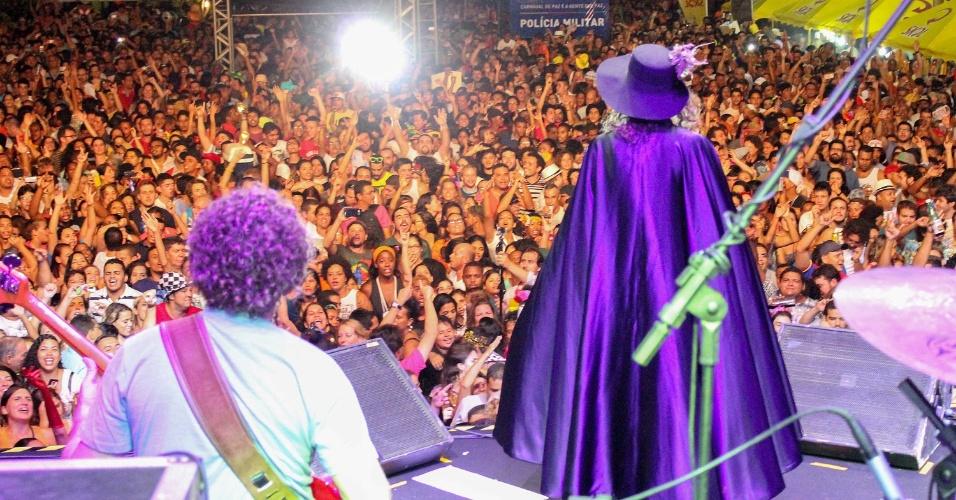 12.fev.2015 - O cantor Alceu Valença inicia a folia de Carnaval em Olinda, durante os festejos de Momo.