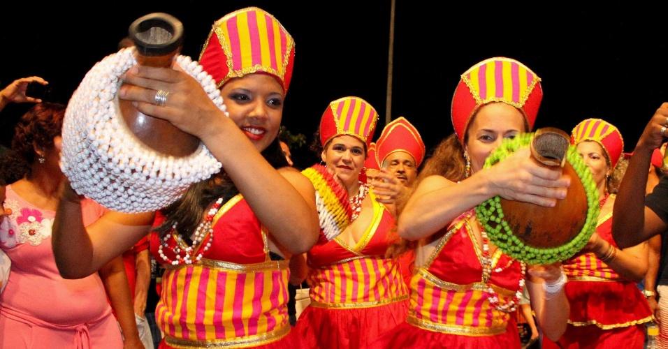 12.fev.2015 - Percussionistas embalam foliões durante os Festejos de Momo, que abriu a folia de Carnaval na cidade histórica de Olinda.