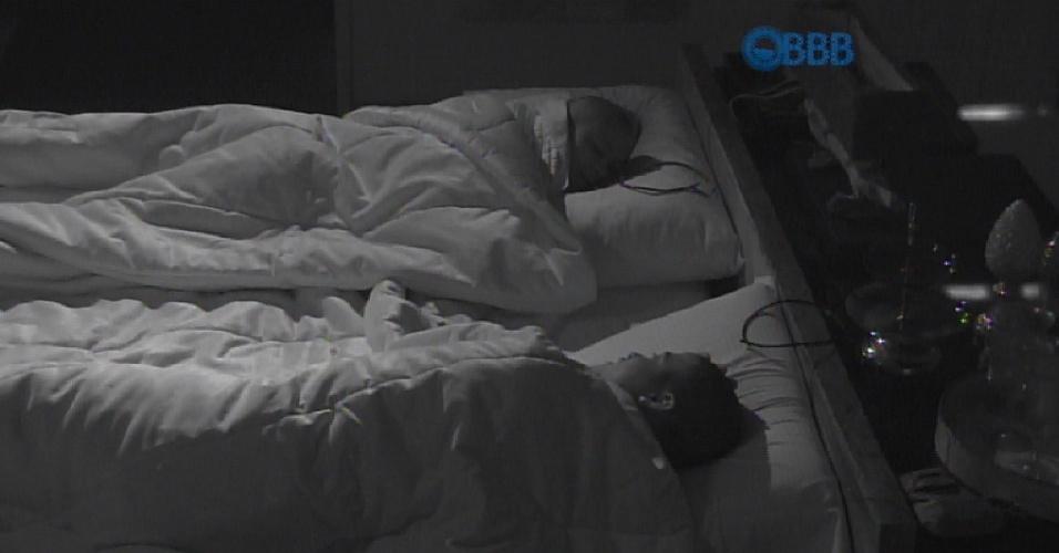 """13.fev.2013 - Luan dorme ao lado de Angélica em sua primeira noite como líder do """"BBB15"""""""