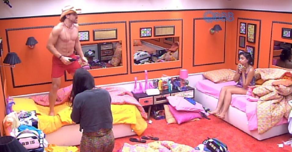 13.fev.2015 - Cézar acorda animado na manhã desta sexta-feira. O brother levanta e começa a dançar de pé, em cima da cama. Sonolentas, Talita e Amanda apenas observam