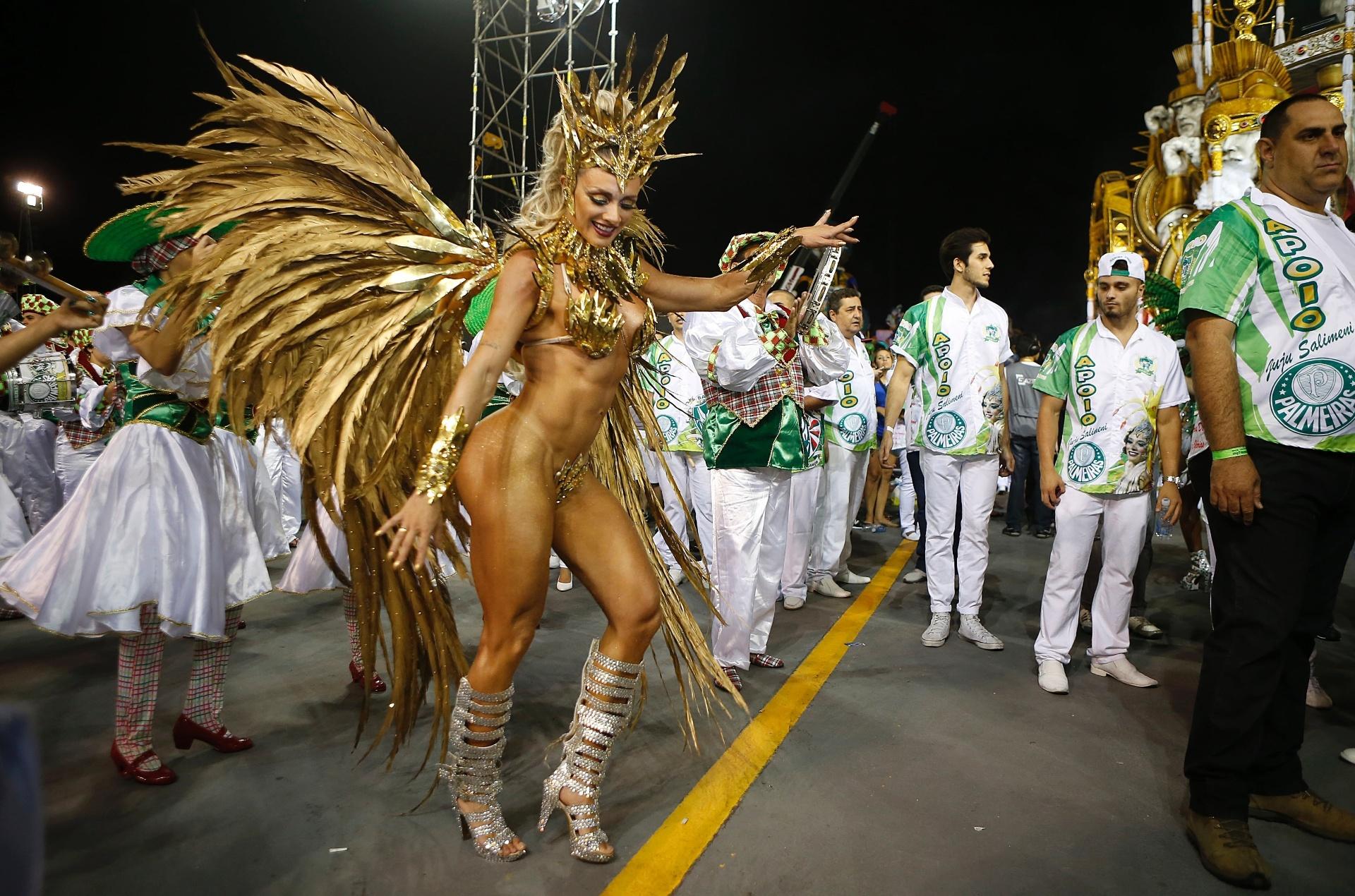 13.fev.2015 - A musa da escola de samba Mancha Verde, Juliana Salimeni, desfilando no Anhembi