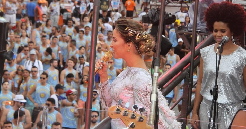 13.fev.2015 - A cantora Claudia Leitte se apresenta no circuito Barra-Ondina, em Salvador