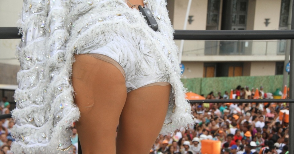 13.fev.2015 - A cantora teve que sair do palco para arrumar a fantasia, já que sua calcinha estava aparecendo. Mesmo fora do palco, Claudia Leitte continuou cantando