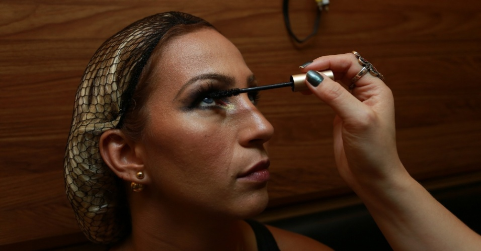 13.fev.2015 - A cantora Valesca Popozuda é maquiada no camarim do trio elétrico de Claudia Leitte
