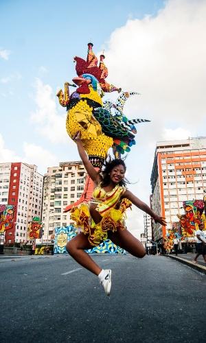 """13.fev.2015 - A gigante escultura do galo já está na Ponte Duarte Coelho, em Recife, antecipando desfile principal do bloco O Galo da Madrugada, o """"maior bloco da terra"""", que acontece no sábado (14)."""