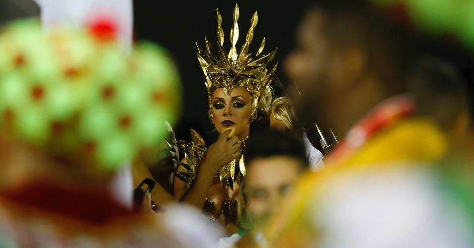 13.fev.2015 - A musa da escola de samba Mancha Verde, Juliana Salimeni, prestes a entrar no Anhembi