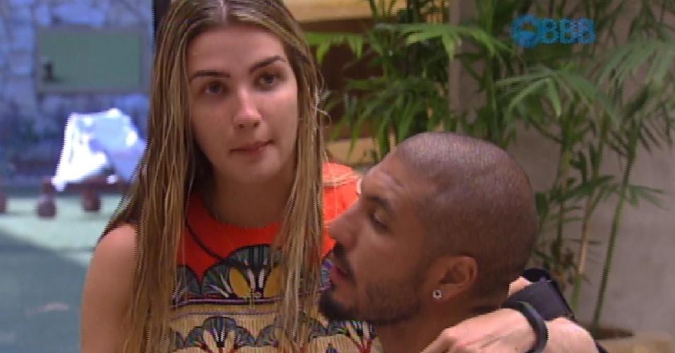 """13.fev.2015 - Após tomar banho e se depilar, Aline senta no colo de Fernando e avisa: """"Raspei tudo"""""""