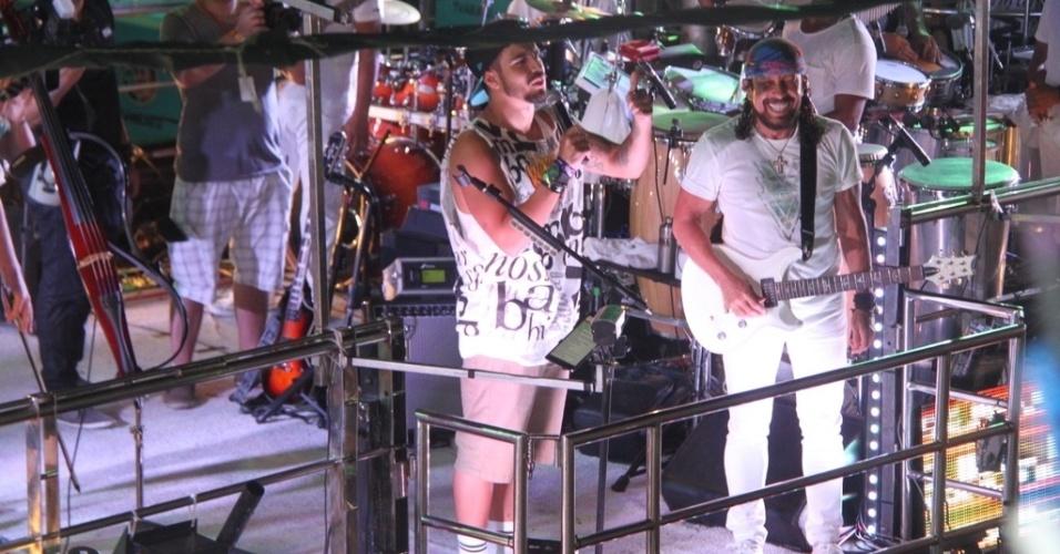 13.fev.2015 - Caio Castro curte o Carnaval em Salvador em cima do trio com Bell Marques