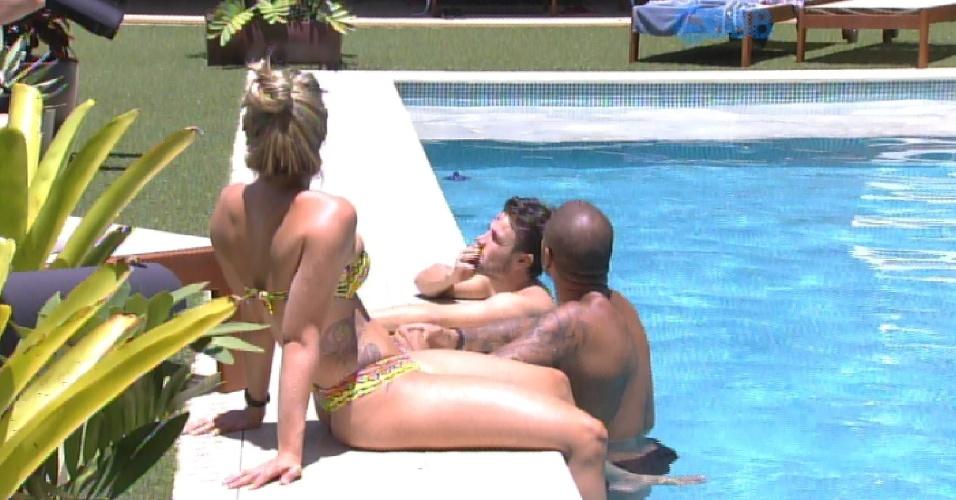 13.fev.2015 - Cézar, Rafael, Aline e Fernando curtem uma tarde preguiçosa na piscina quando percebem um drone sobrevoando a casa. Cézar acredita que deve ser de uma gravação da TV Globo.