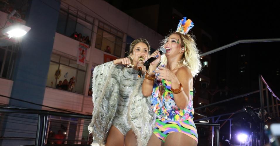 13.fev.2015 - Claudia e Valesca misturam hits das duas para animar os foliões