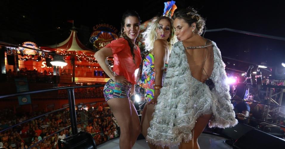 13.fev.2015 - Claudia Leitte e Valesca Popozuda mandam beijinho no ombro em cima do trio em Salvador