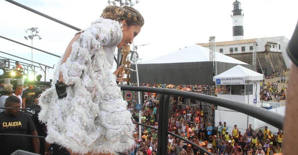 13.fev.2015 - Claudia Leitte tenta ajeitar a fantasia durante apresentação em trio elétrico no circuito Barra-Ondina, em Salvador