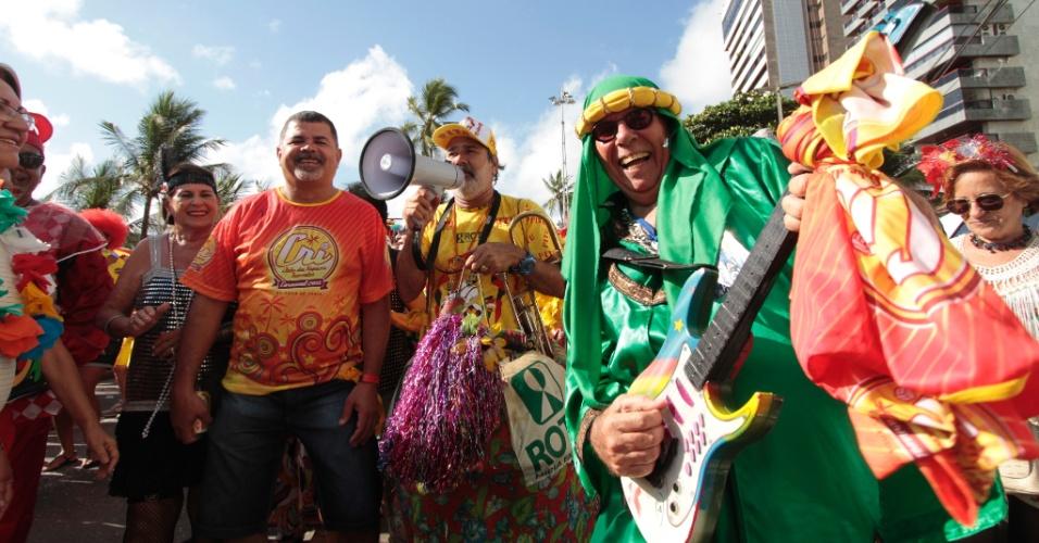 13.fev.2015 - Com fantasias coloridas, foliões curtem o desfile do bloco CRI (Clube dos Rapazes Inocentes) em Recife, na manh'a de sexta-feira (13).