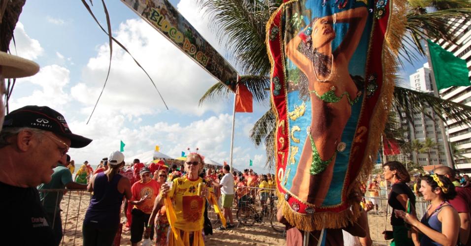 13.fev.2015 - Com fantasias coloridas, foliões curtem o desfile do bloco CRI (Clube dos Rapazes Inocentes) em Recife, na manhã de sexta-feira (13).