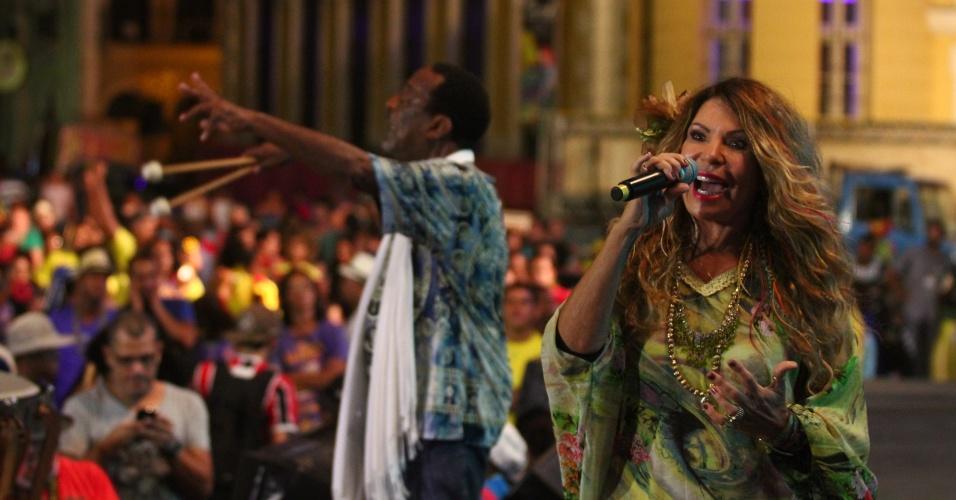 13.fev.2015 - Elba Ramalho canta ao lado de Naná Vasconcelos na abertura do Carnaval no Marco Zero