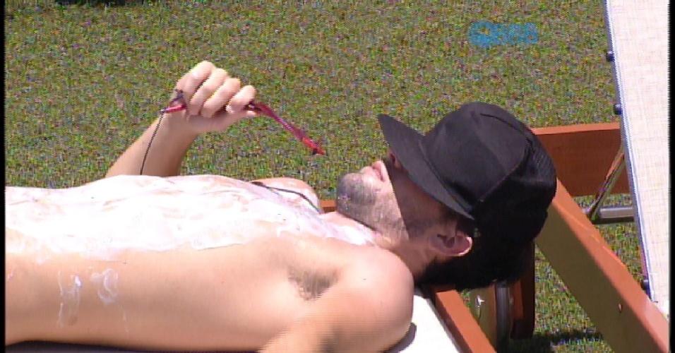 13.fev.2015 - Enquanto se bronzeia à beira da piscina, Rafael critica Angélica em conversa com Fernando