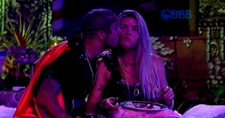 """13.fev.2015 - Fernando dá beijo em Aline enquanto sister janta na festa Baile em Veneza, do """"BBB15"""""""