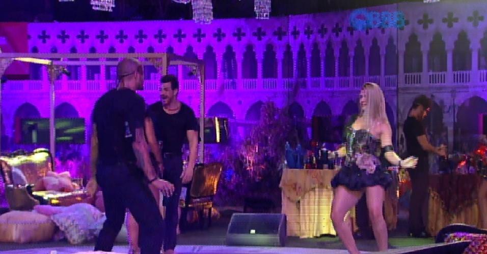 13.fev.2015 - Fernando e Aline se olham fixamente enquanto dançam na festa