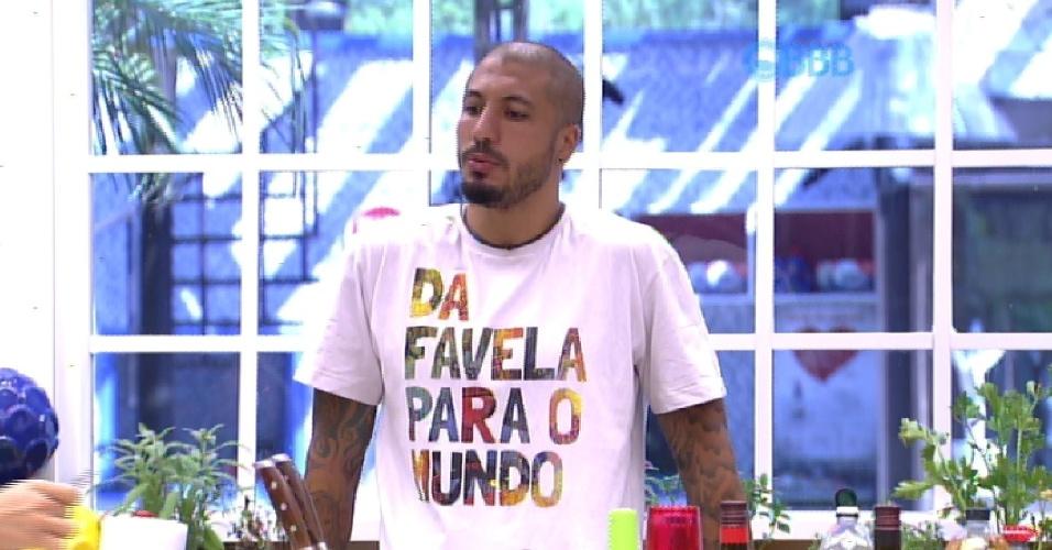 """13.fev.2015 - Fernando reclama da louça suja na pia. """"A Amanda tinha que lavar porque não lavou nada ontem. Dormiu o dia todo""""."""