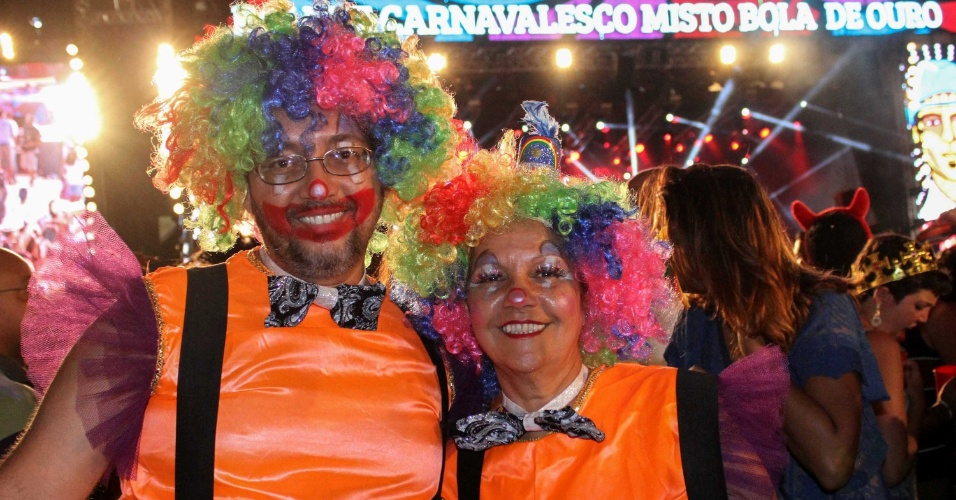 13.fev.2015 - Foliões fantasiados para o Carnaval do Marco Zero.