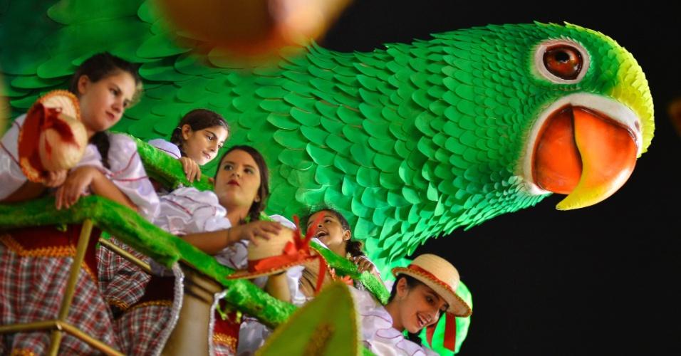 13.fev.2015 - Integrantes da Mancha Verde aguardam na concentração o início do desfile do grupo especial do Carnaval de São Paulo