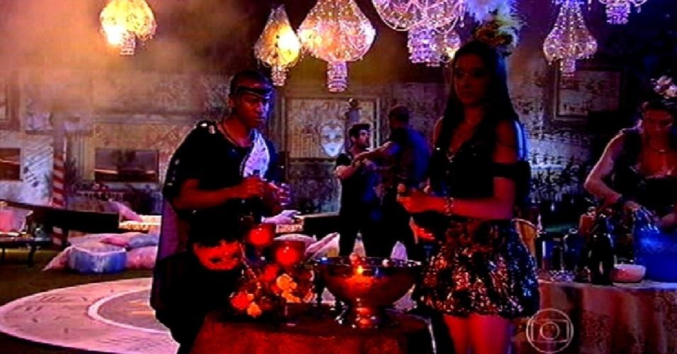 """13.fev.2015 - Luan e Talita estouram garrafas de champanhe no início da festa Baile em Veneza, do """"BBB15"""""""