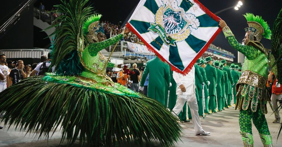 13.fev.2015 - O casal de mestre Sala e Porta Bandeira da Mancha Verde Marcelo Luiz e Adriana Gomes