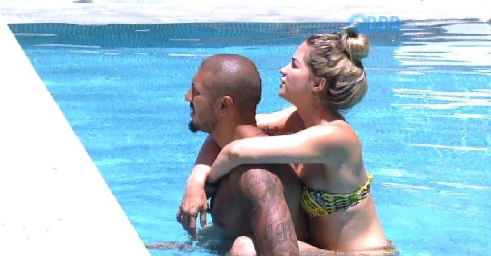 "13.fev.2015 - O casal Fernando e Aline aproveita a tarde desta sexta-feira na piscina do ""BBB15"""