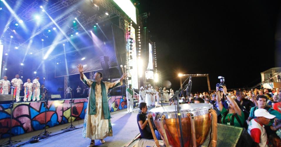O percussionista Naná Vasconcelos saúda o público durante abertura do Carnaval do Recife