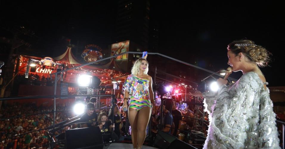 13.fev.2015 - Para animar ainda mais os foliões, Claudia convida a funkeira Valesca Popozuda para cima do trio