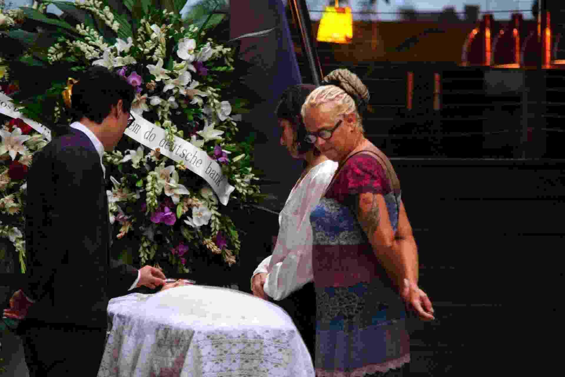 13.fev.2015 - Rodrigo Ohtake, neto de Tomie, no velório da avó. A artista faleceu nesta quinta-feira (12) em decorrência de uma parada cardíaca. A cerimônia acontece no instituto Tomie Ohtake, na zona oeste de São Paulo, e é aberto ao público - Peter Leone/Futura Press/Estadão Conteúdo