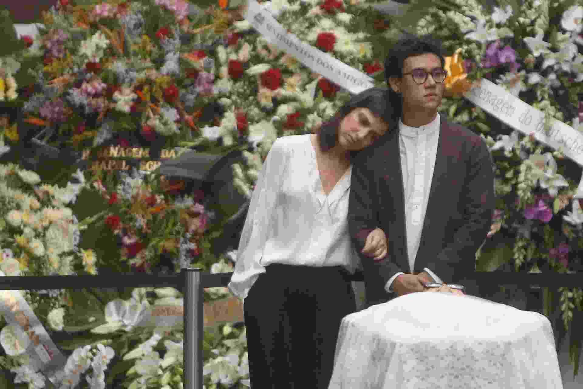 13.fev.2015 - Rodrigo Othake, neto de Tomie Othake, vela o corpo da avó ano lado da namorada, Ana Cariolina Ralston - Ricardo Matsukawa
